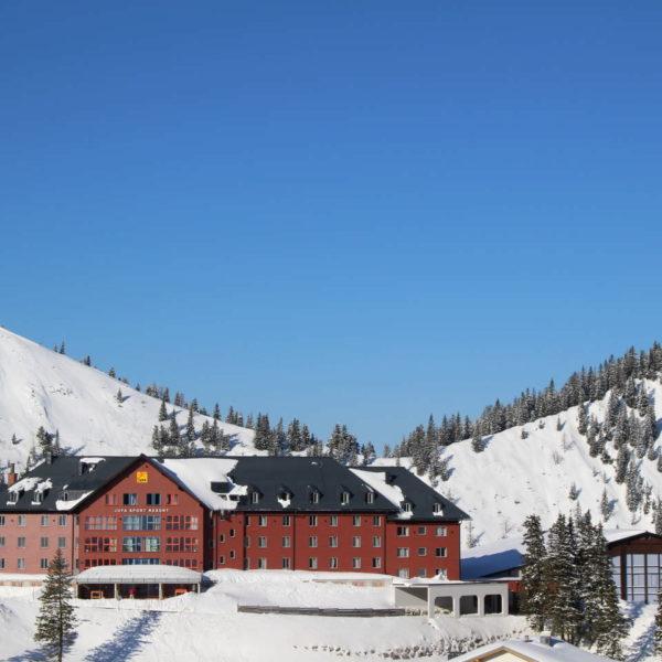 Aussenansicht vom JUFA Hotel Hochkar – Sport-Resort im Winter. Der Ort für erfolgreiches Training in ungezwungener Atmosphäre für Vereine und Teams.