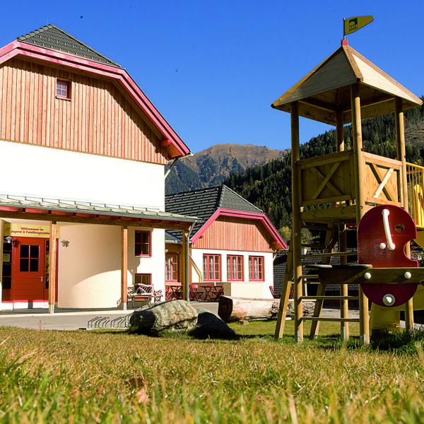 Spielplatz am JUFA Hotel Donnersbachwald – Almerlebnis. Der Ort für erholsamen Familienurlaub und einen unvergesslichen Winter- und Wanderurlaub.